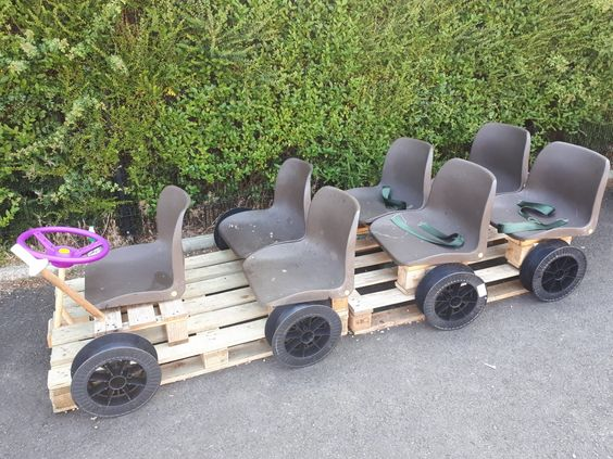 Pallet play bus
