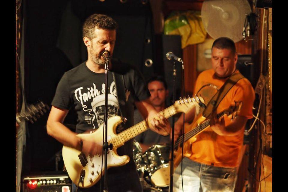 Stereolegs - Stereolegs és una banda de pop-rock de Barcelona. El grup neix per la necessitat de treballar l'extens repertori de l' Enric (guitarra i veu inconfusible), prolífic compositor de cançons i narrador d'històries; El resultat, és un repertori de cançons d' agradable digestió, amb diverses variables i ritmes.
