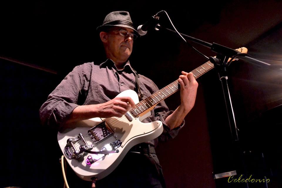 Antonio Hidalgo - Problemes al cap és el quart disc de blues del bluesman barceloní resident a l'Empordà Antoni Hidalgo. Gravat i produït per Roger Gascon a Birth With Vertigo Studios, l'àlbum inclou catorze noves cançons de blues-rock cru i directe amb la col·laboració d'Amadeu Casas a la guitarra.