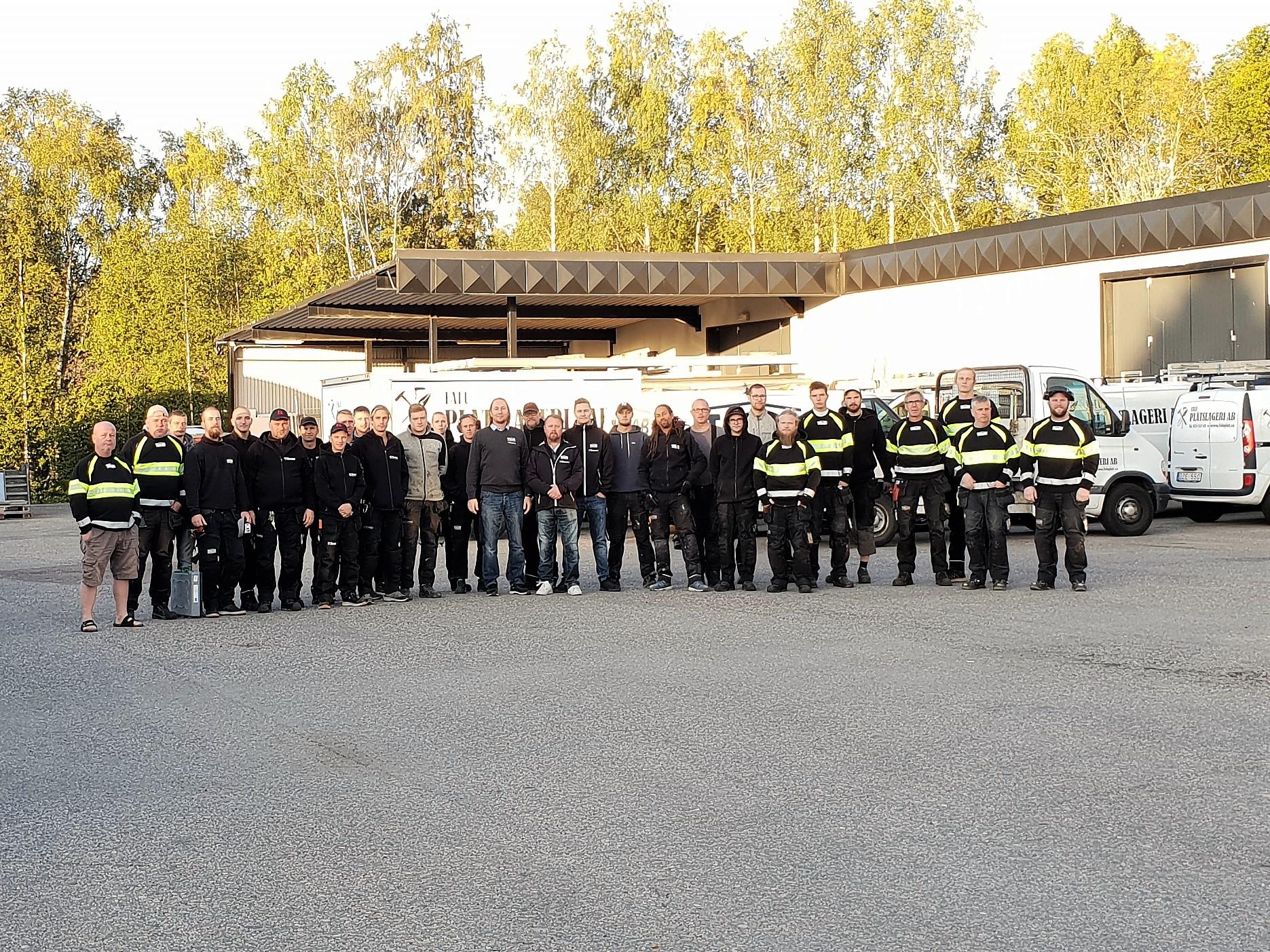 Hela teamet samlat utanför verkstaden i Falun.