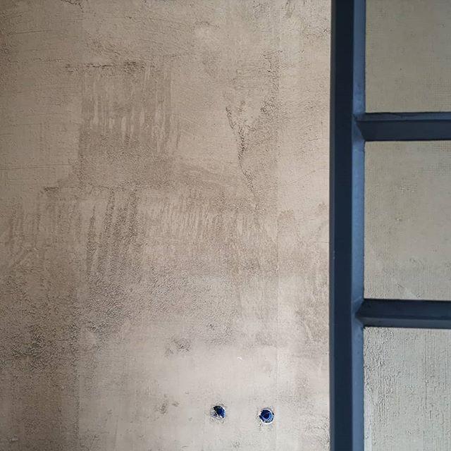 Work in progress.  #clayplaster #leemstuc #leemfinish #mothernaturesson #leemherenvanbrabant #groenebouwmaterialen