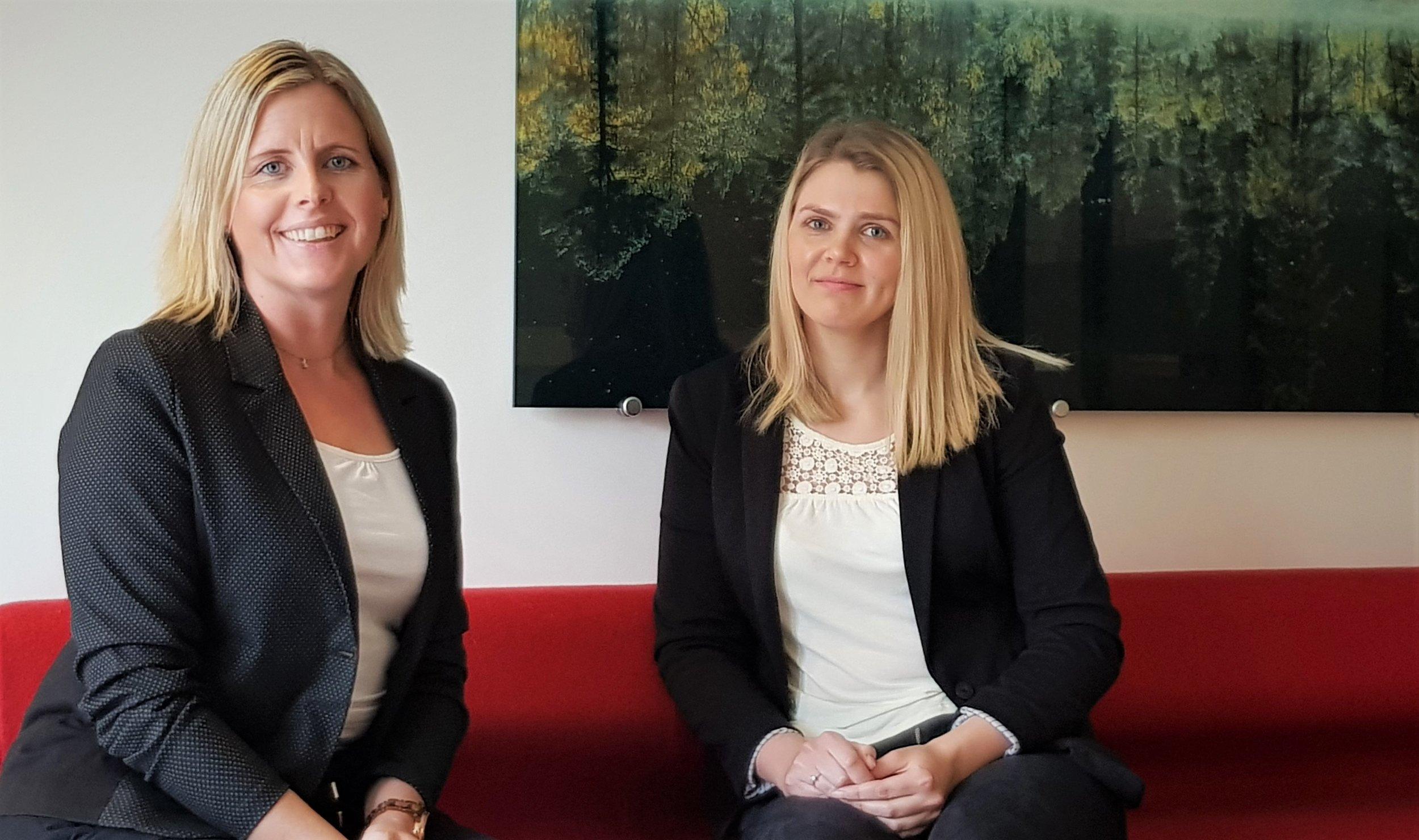 Vil du bli vår nye kollega? - Malin og Jill Stine er klar for å ønske nye folk velkommen i Hagel.