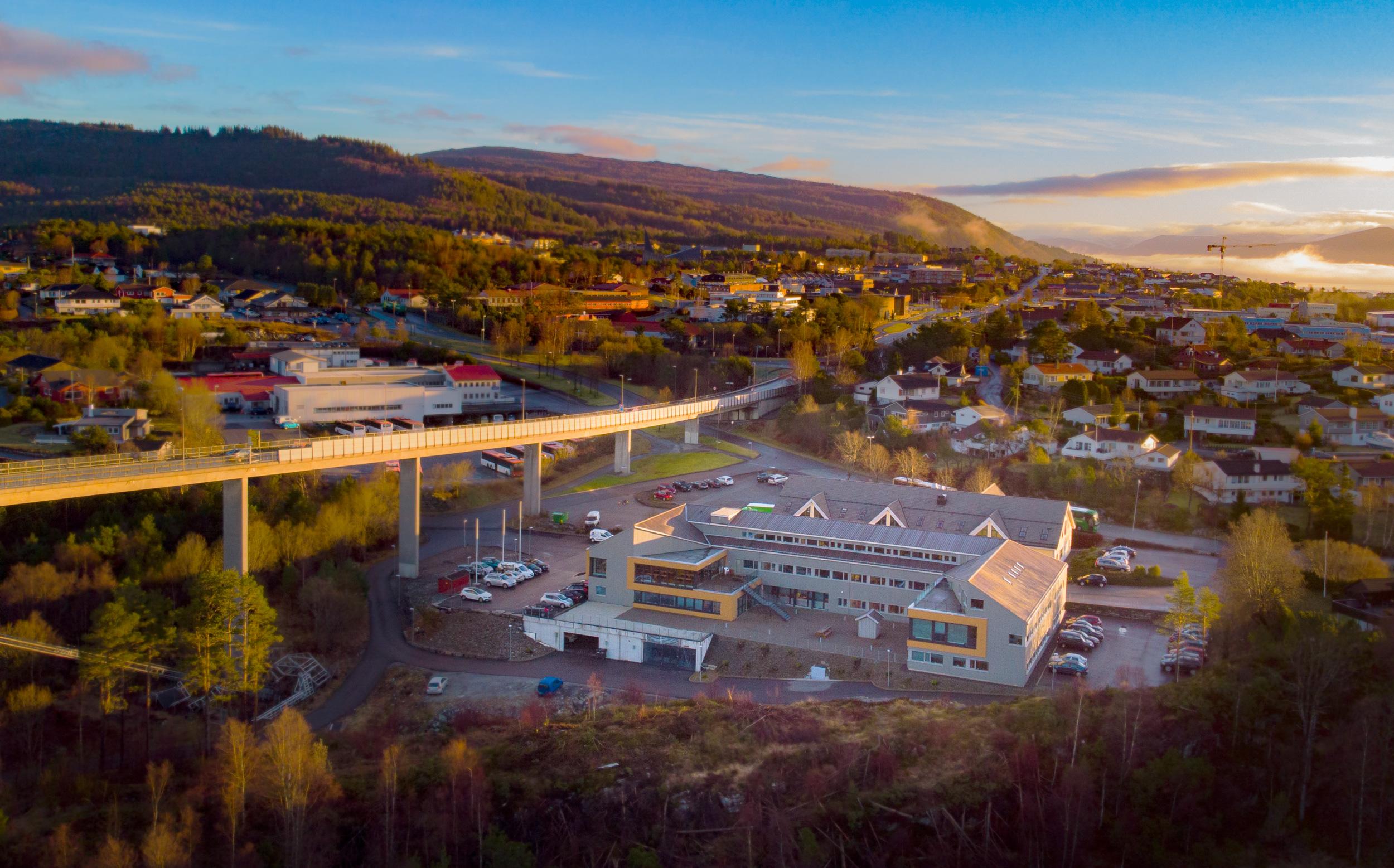 Vi er sentralt plassert i «Dampen» i Knarvik, med nær beliggenhet til gode kollektive transport tilbud.