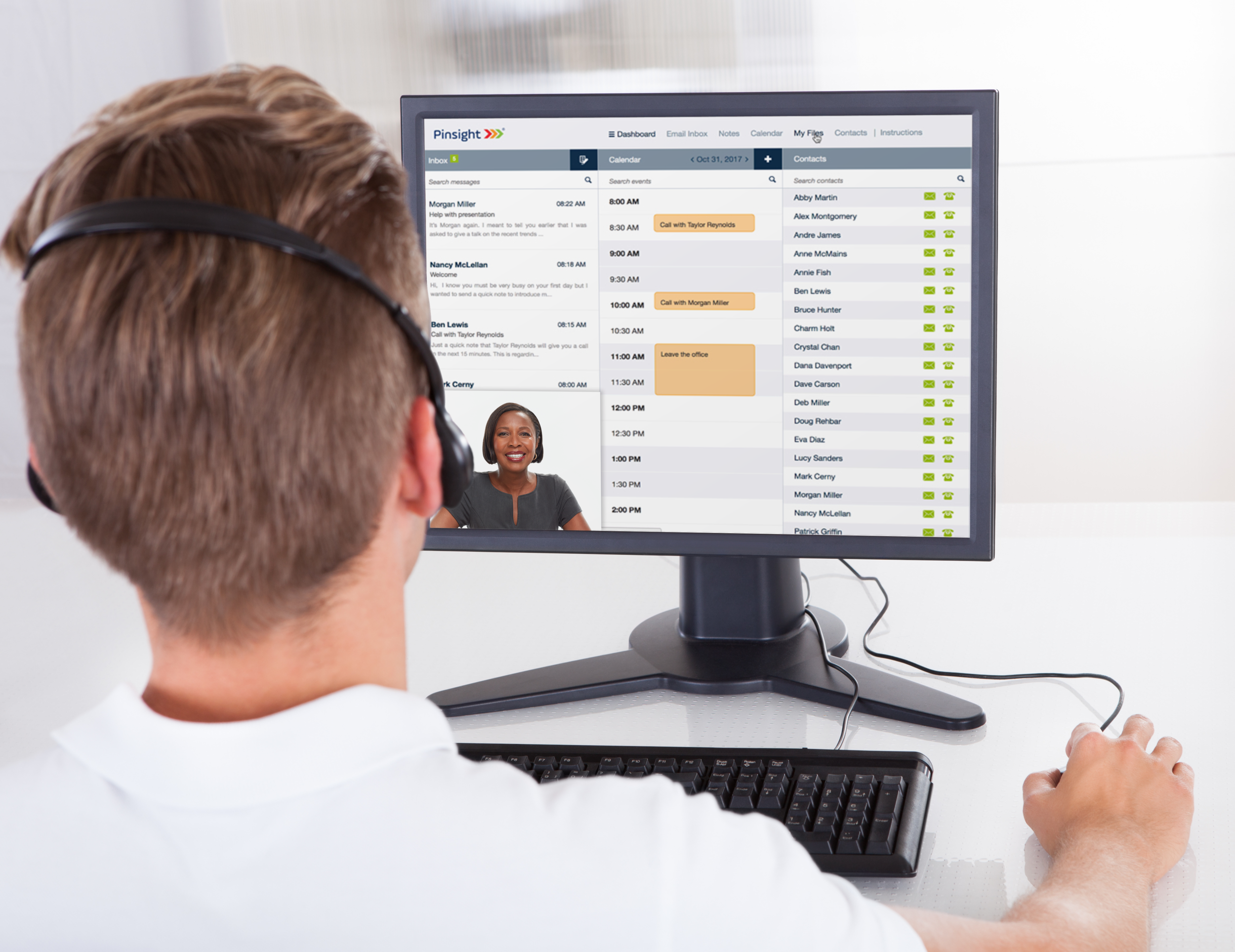 This is  a graphic depicting a Pinsight virtual assessment center participant participating in a live simulation role-play with an assessor.
