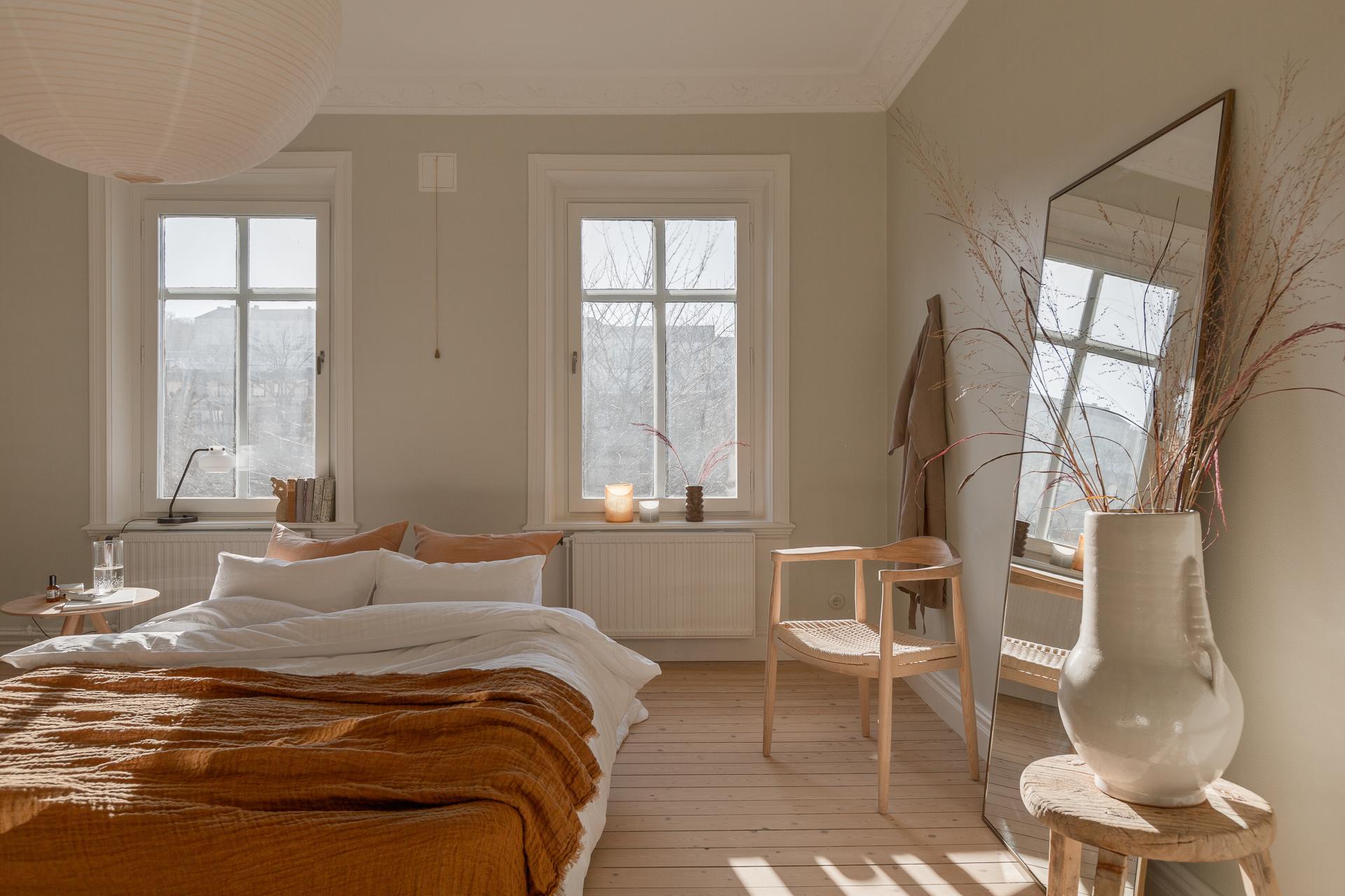 Bright bedroom styled in warm colors / via @kronekern