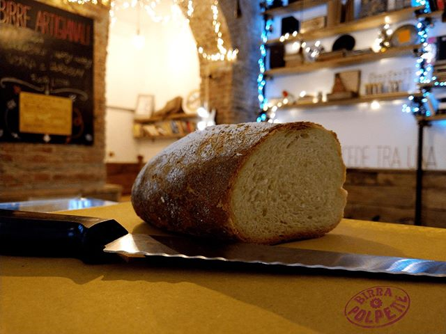 Il pane. Parte fondamentale del nostro menù, da riempire di polpette fino a scoppiare o per fare la scarpetta. L'abbiamo scelto a filone, tipo Altamura, con la crosta spessa e croccante, gli alveoli piccoli e un mollica morbidissima e compatta. Sta su tutti i nostri taglieri, assieme alle nostre salse e al fianco delle polpette.  #BirraePolpette #pane #panealtamura #breadporn #paneepolpette