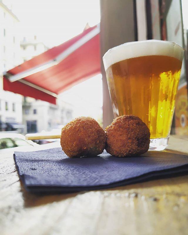 Sole, pioggia, caña, due milanesi ed è subito amore.  #BirraePolpette #caña #cerveza #birraartigianale #polpette #polpetteallamilanese #beerporn #beerporn🍻 #foodporn #foodpornmilan #foodpornmilano