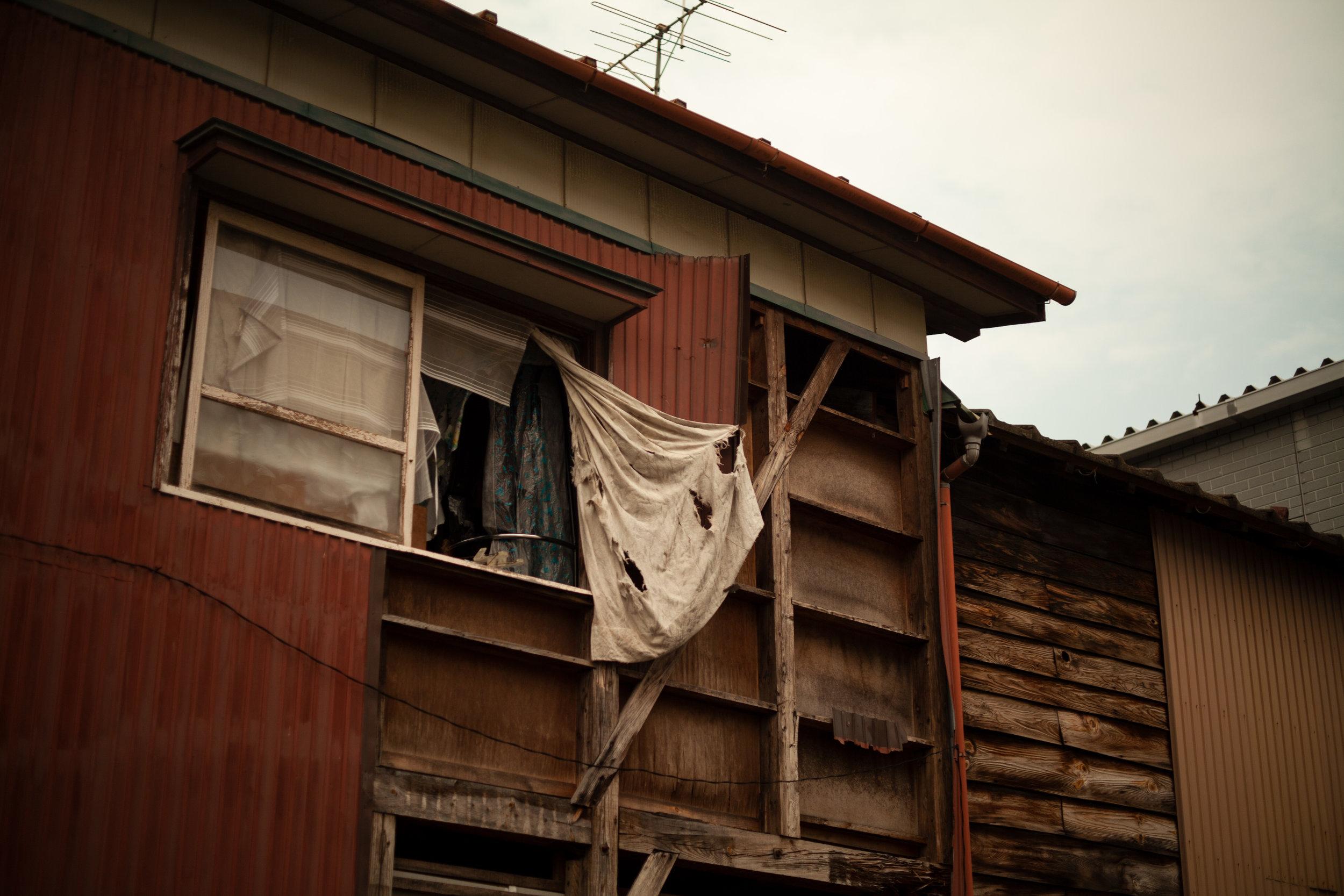 """怖がって ニュース消す子と ふとん干す その時あなたを 守れるだろうかas we air the beddingI wonder, """"could I protect youat such a time ?""""–my child who turned offthe news in fear - 佐藤 由佳 (新潟県 2011年4月)Yuka Sato, Niigata April 2011"""