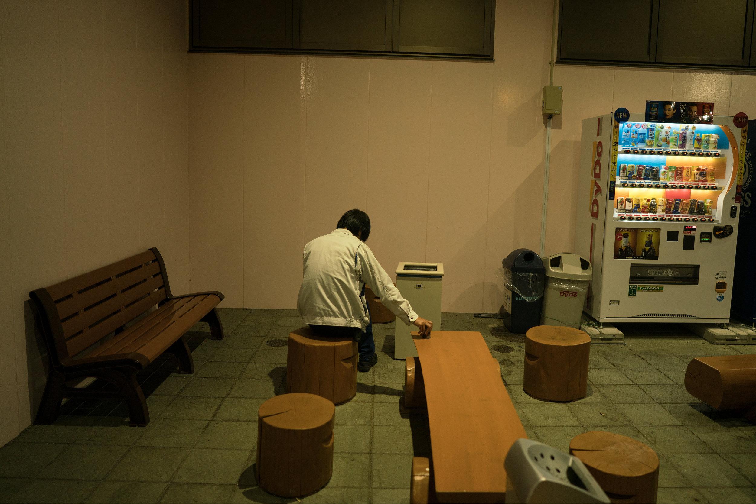 声高に 東電にいるとは 言えねども 母は見てるよ 昼夜働く君をunable to proclaim thatyou work for Tokyo Electric–yet I, your mother,am watching you and I knowhow hard you work day and night - 鈴木 陽子 (東京都 2011年8月) Yoko Suzuki, Tokyo August 2011