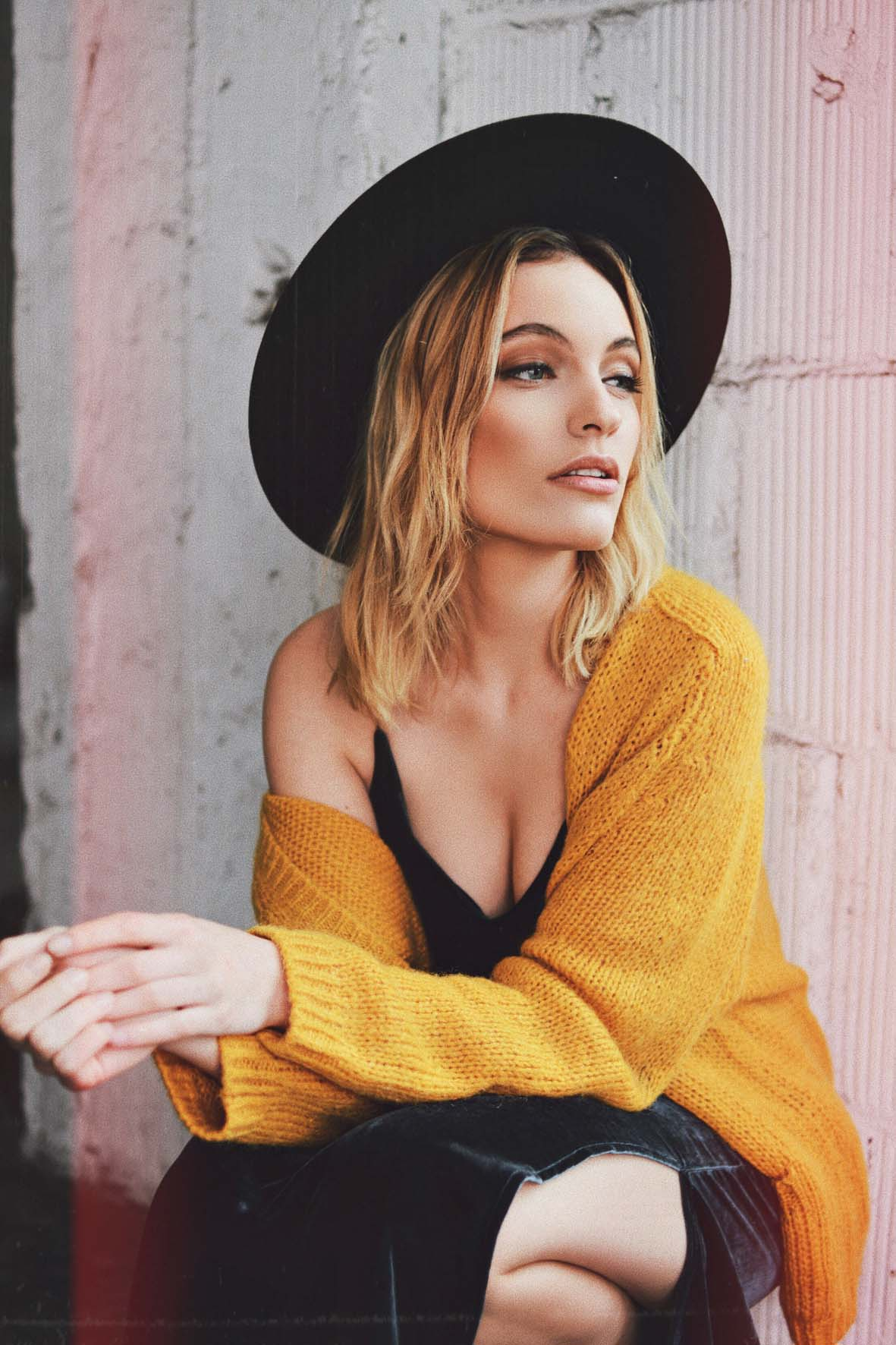 Lena im Streetlook mit Hut und gelbem Cardigan