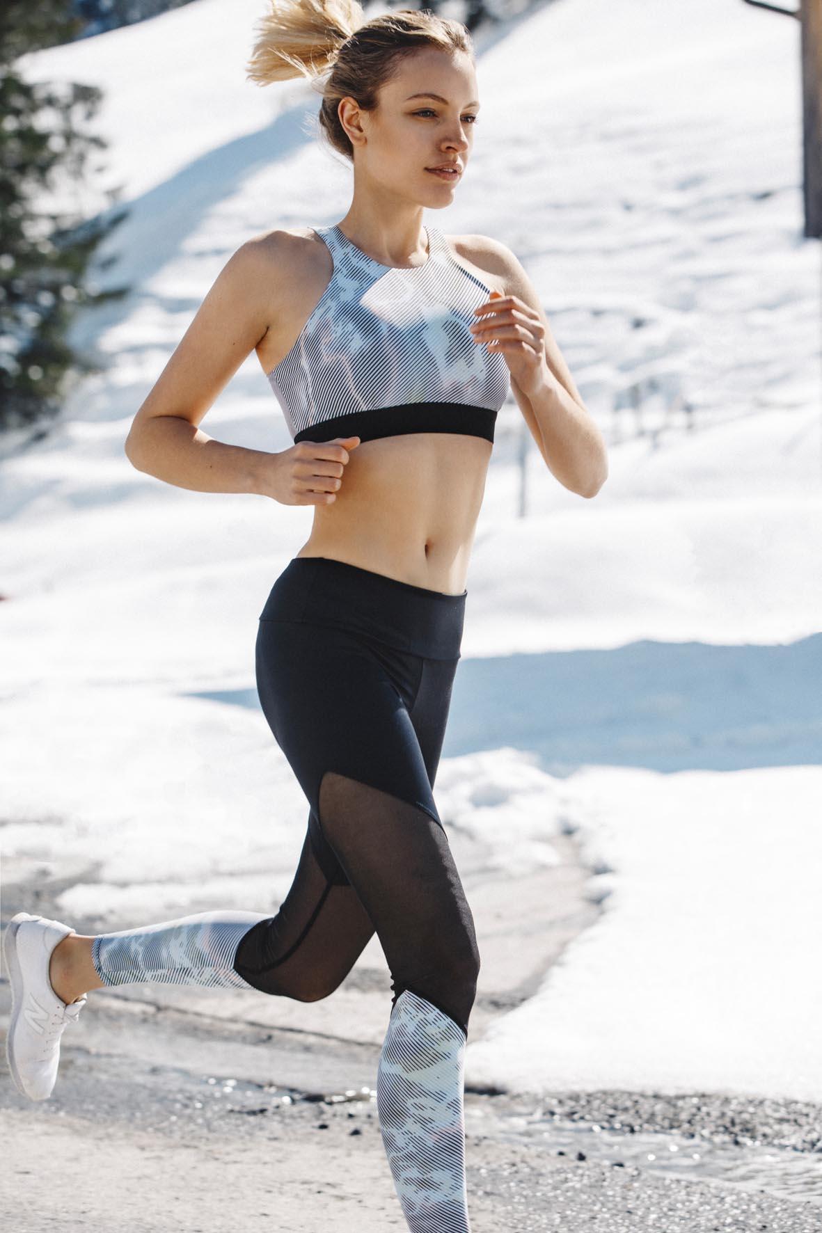 Lena joggt durch den Schnee