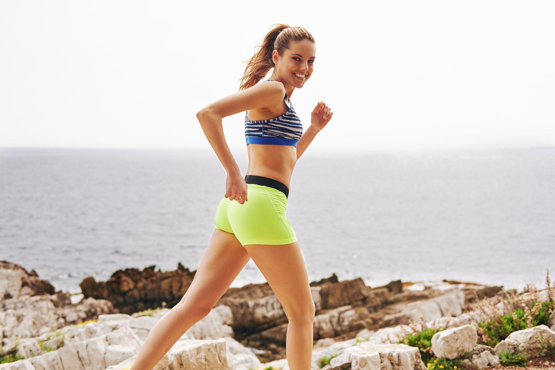 Stephanie joggt in den Bergen