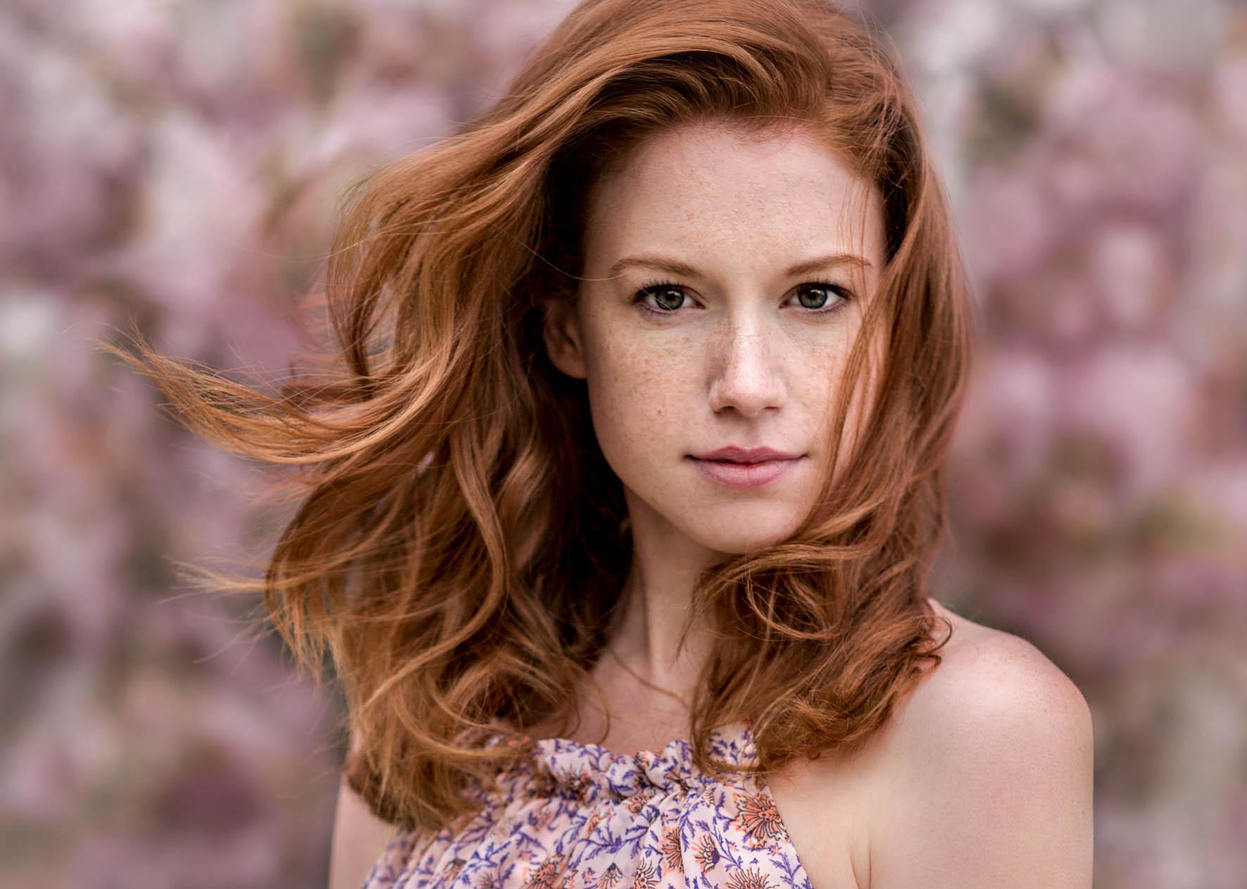 Redhair Model Antonia mit Floralkleid