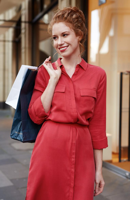 Antonia für ein Professional Shooting im roten Kleid