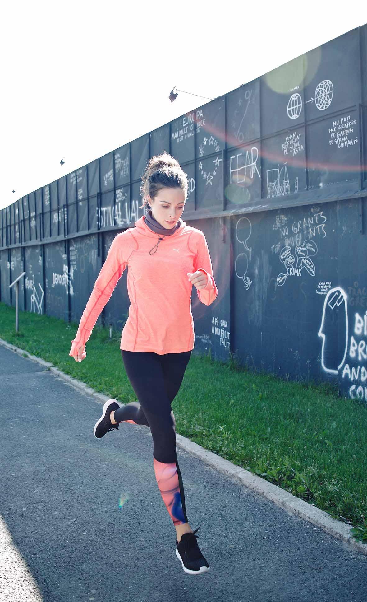 Nicola sportlich in lachsfarbener Trainingsjacke