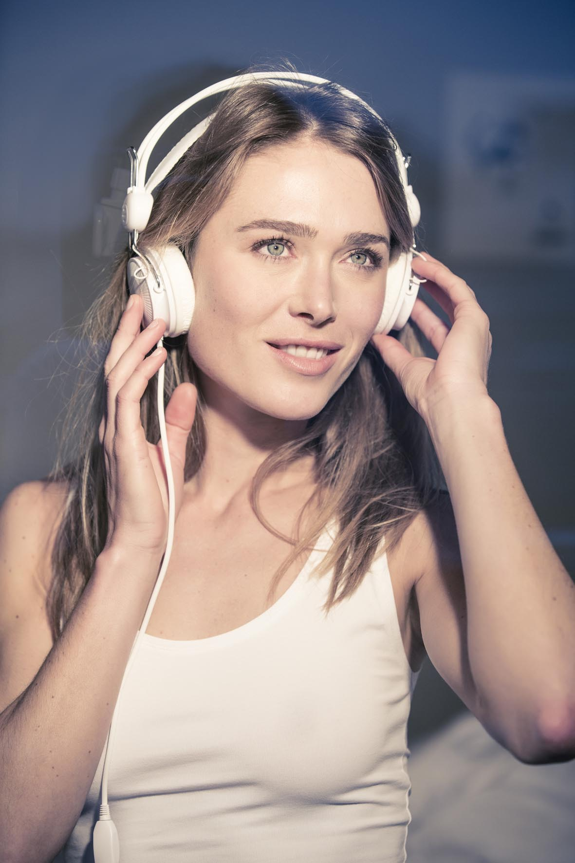 Ina mit Kopfhörern schaut in die Ferne