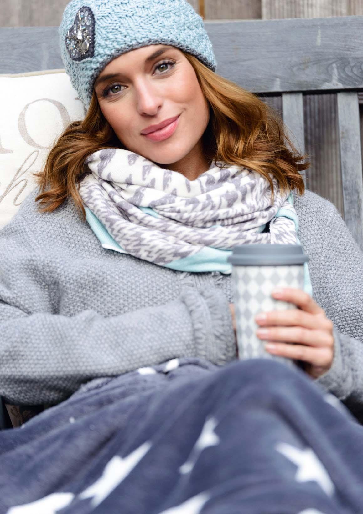 Janina im Winterlook trinkt Tee