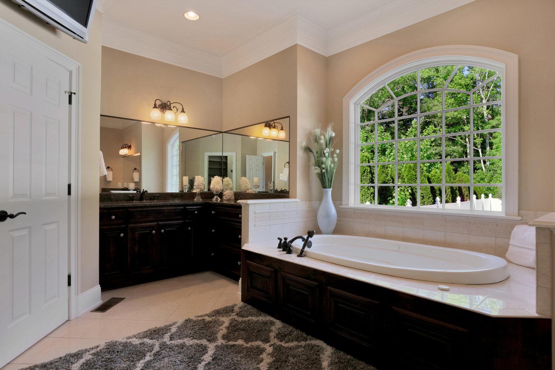 1004+Middle+Quarter+Ct-print-033-26-Master+Bath-4200x2800-300dpi.jpg