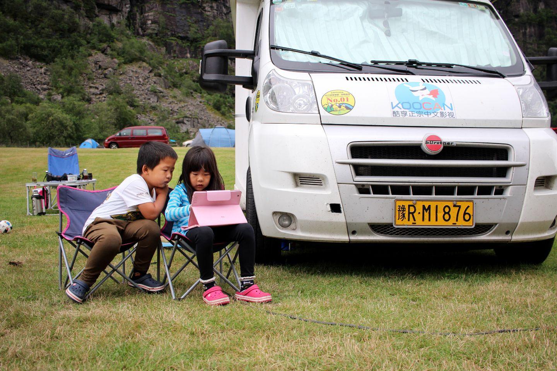 Tvillingene Wang Jiaying og Wang Jialu på fem år har bodd i familiens campingbil de siste fire månedene. De har spilt masse spill på iPaden mens de har kjørt fra Kina til Norge.