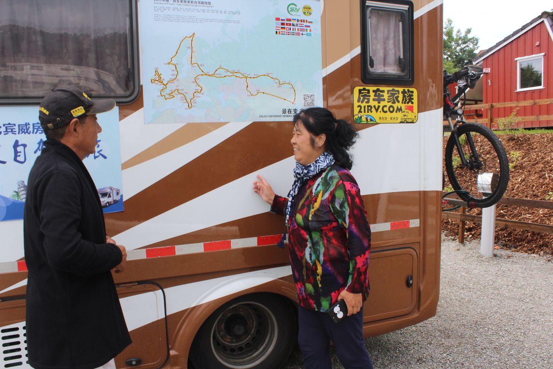 Zhu og Zhao viser frem reiseruta. – I tillegg har vi hatt en tur innom Barcelona, forteller Zhao.