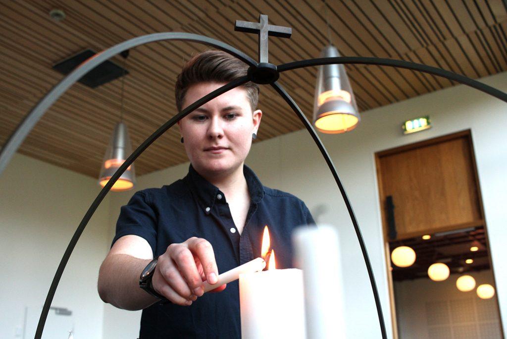 Rebekka har sjølv opplevd å bli møtt med fordommar i kyrkja. Foto: Ragnhild Sofie Selstø