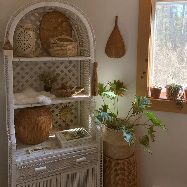 One little corner of this new abode, done and decorated ✨ All ~finds~ • • • #bohostyle #howyouhome #jungalowstyle #finditstyleit #fleamarketstyle #boho #bohemian #rattan #basketwall #basket #basketcollection #bamboo #thriftscore #woven #texture #wicker #showmeyourboho #shopsmall #zolafinds #ottawa #handmade #worn #gentlyloved #motherearth #vintageclothing #earthtones #folkstyle #ethicalfashion #earthpalette #repurposedclothing