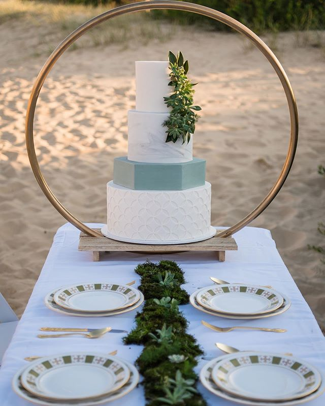 S A N D  D U N E S 𝒮𝓉𝓎𝓁𝑒𝒹 𝒮𝒽𝑜𝑜𝓉 || And here it is! T H E  C A K E !  _________  PHOTOGRAPHY || @panoramicphotography.au VIDEOGRAPHY || @themountainfolkfilms STYLIST || @northernbeachesweddinghire TABLEWARE || @thevintagekitchen GOWNS || @dianelewiscouture FLORIST || @anniemcblooms CAKE || @paintbrushpatisserie CELEBRANT || @jonelle_mcdonell_celebrant HMUA || @annazedd.mua MODELS || @verlee_  @nilldavid