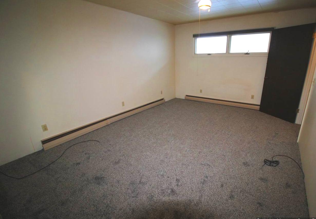 bed 1b 2019 new carpet.jpg