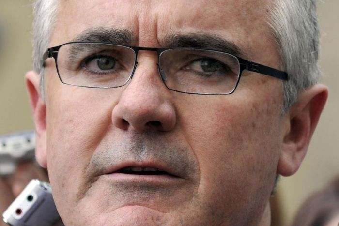 PHOTO: Independent MP Andrew Wilkie believes there would be widespread support for an anti-doxing law.(AAP: Alan Porritt, file photo)