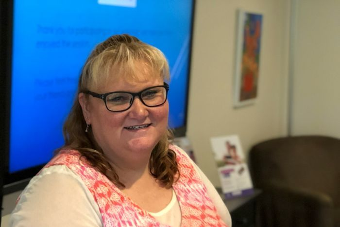 PHOTO: Beth Aldrich says helping seniors feel more confident with devices is a big step toward them learning successfully.(ABC Sunshine Coast: Kylie Bartholomew)