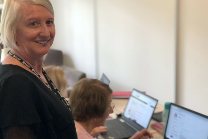 PHOTO: Be Connected mentor Julie Downham says helping the seniors is rewarding and a two-way learning process.(ABC Sunshine Coast: Kylie Bartholomew)