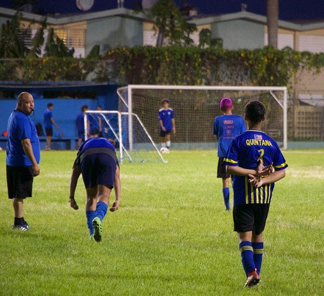 En Quintana juegan balompie! Youths playing soccer @pitocornflake #puertorico #boricua #balompie #futbol #soccer #abrazoborincano #sanjuan