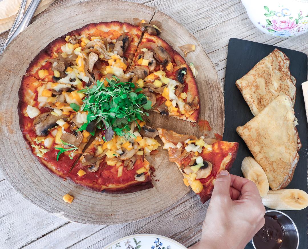 Plant based vegan and gluten free pizza and crepes with chocolate and banana.   Växt baserad pizza, vegansk och glutenfri och crepes med choklad och banan.