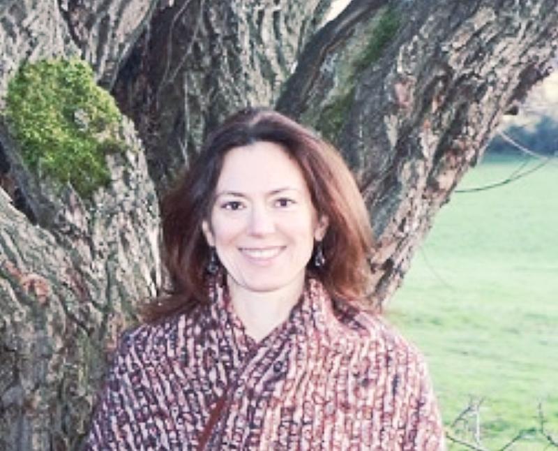 avec Marianne - Depuis sa rencontre avec le Yoga, puis l'Ayurvéda en 2004, Marianne Durand s'est consacrée à l'étude et au partage de cet art de vivre en harmonie avec la Nature. Formée dans des écoles d'Ayurvéda reconnues, en Inde, aux Etats-Unis et en Suisse, elle se spécialise dans la cuisine ayurvédique et la phytothérapie. En plus des séances d'accompagnement individuel, Marianne anime régulièrement des ateliers et des stages au centre de la France.