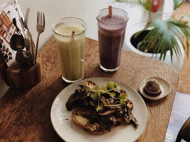 If you survived the heat yesterday you should celebrate life and the weekend with a feast like this. Thanks @shareplantslove for this feel-good picture of the mushroom on toast paired with smoothies and an energy ball☄️