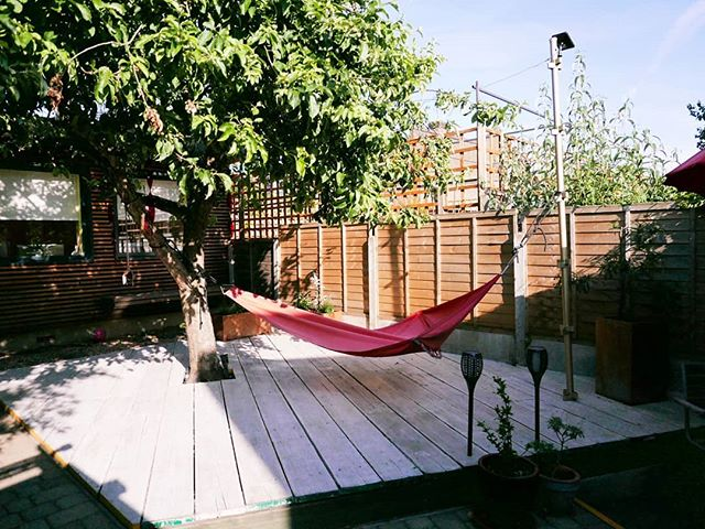 Our garden is finished and ready for our first BBQ of the summer! It's the perfect chill out space between the office and the house.  #gardenstudio #landscapedesign #londongardens #londongarden #eastlondon #e17designers #e17 #upcycled #upcycledgarden #scaffoldboardfurniture #decking #londonarchitects #londondesigner #homeofficedesign #walthamstow #walthamforest #groundscrew #londonsummer