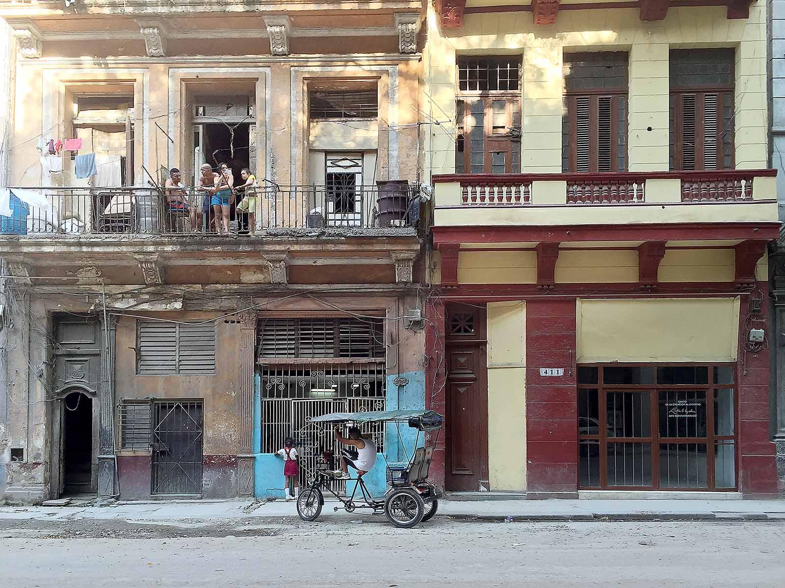 Buildingwithpeopleandbiker_IMG_3122.jpg