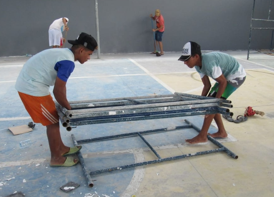 Members of the community helping during construction. This built a sense of community ownership for the project.