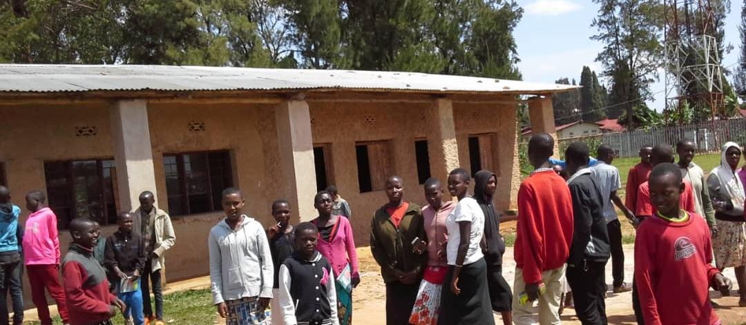 Like many schools in Burundi, the Ecole Fondementale de Matana faces overcrowding!