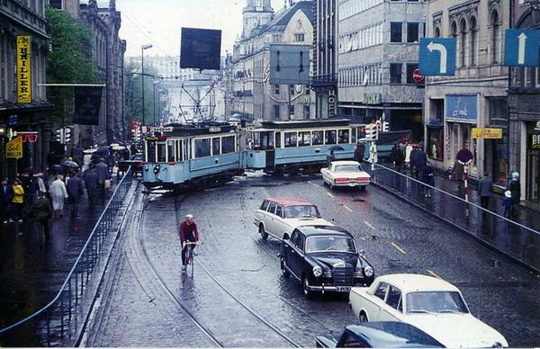 Slik så Egertorget ut i 1966, før det ble gågate. Trikken og biler presset de gående bort. Ingen ønsker tilbake til dette? Foto: Dan Erik Gøranssson / oslobilder.no