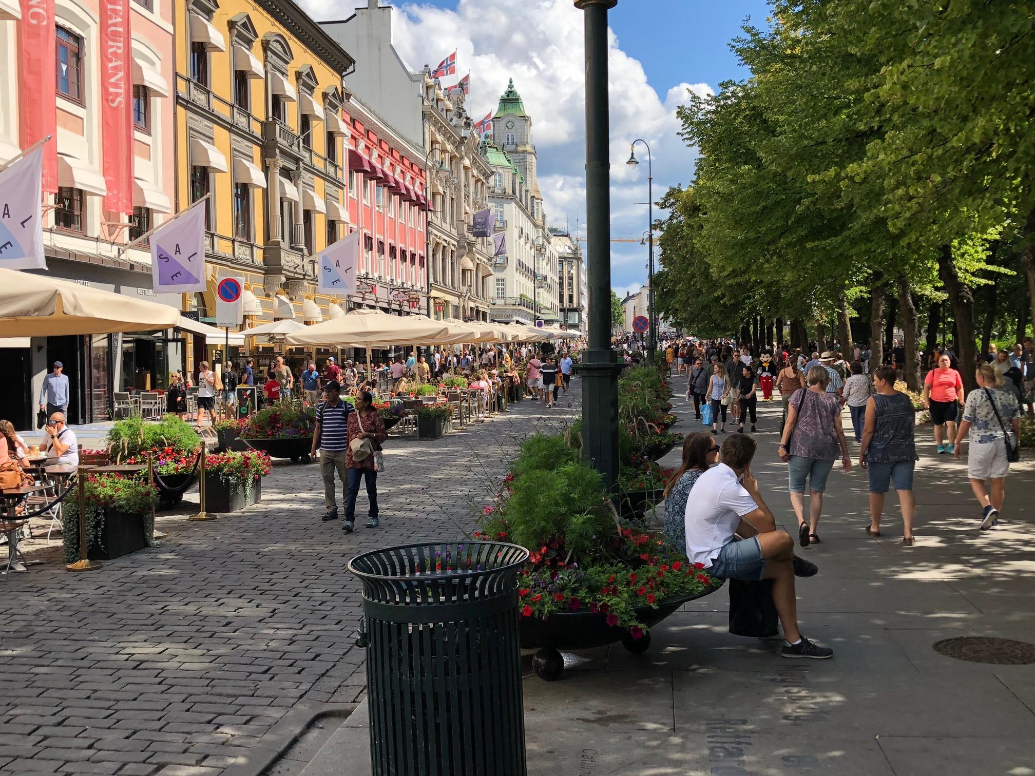 Karl Johans gate ved Spikersuppa, sommerstengt for biler siden 2013,driftet av spisestedene.