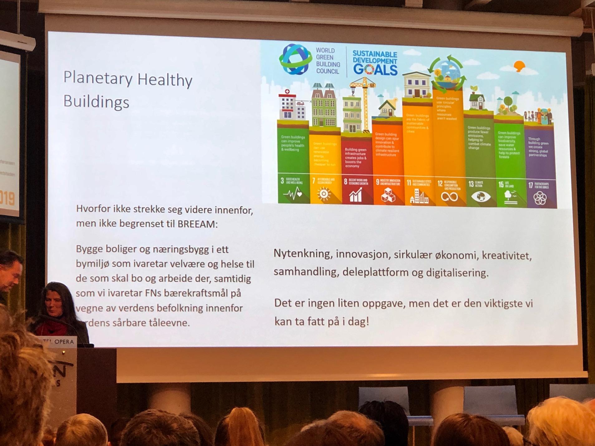 Marie Winsvold fortalte om BREEAM Bolig, og var også veldig tydelig på sitt engasjement for bærekraft - i et større perspektiv enn kun det tekniske. FNs Bærekraftsmål var absolutt tilstede i innlegget.