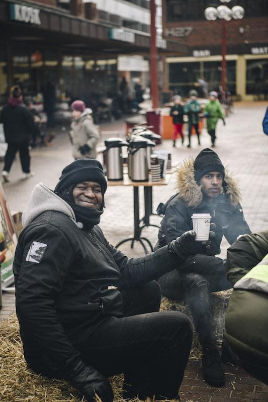 Kissima Basse (t.v.), den lokale sosiale entreprenøren som har stiftet Ideelt Security, her fra et arrangement på Tøyen Torg i februar. Foto: Ola Vatn.