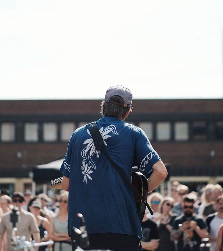 Og det var smekkfullt da Øystein Greni også dukket opp på torget. (Foto: Ola Vatn)
