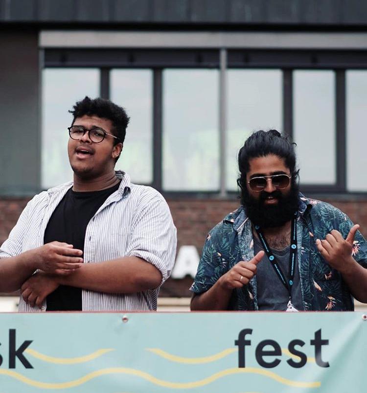 Sandeep Singh (til høyre) fikk hjelp av den lokale Tøyenhelten Stian Ehi på Musikkfesten 2. juni 2018. (Foto: Ola Vatn)