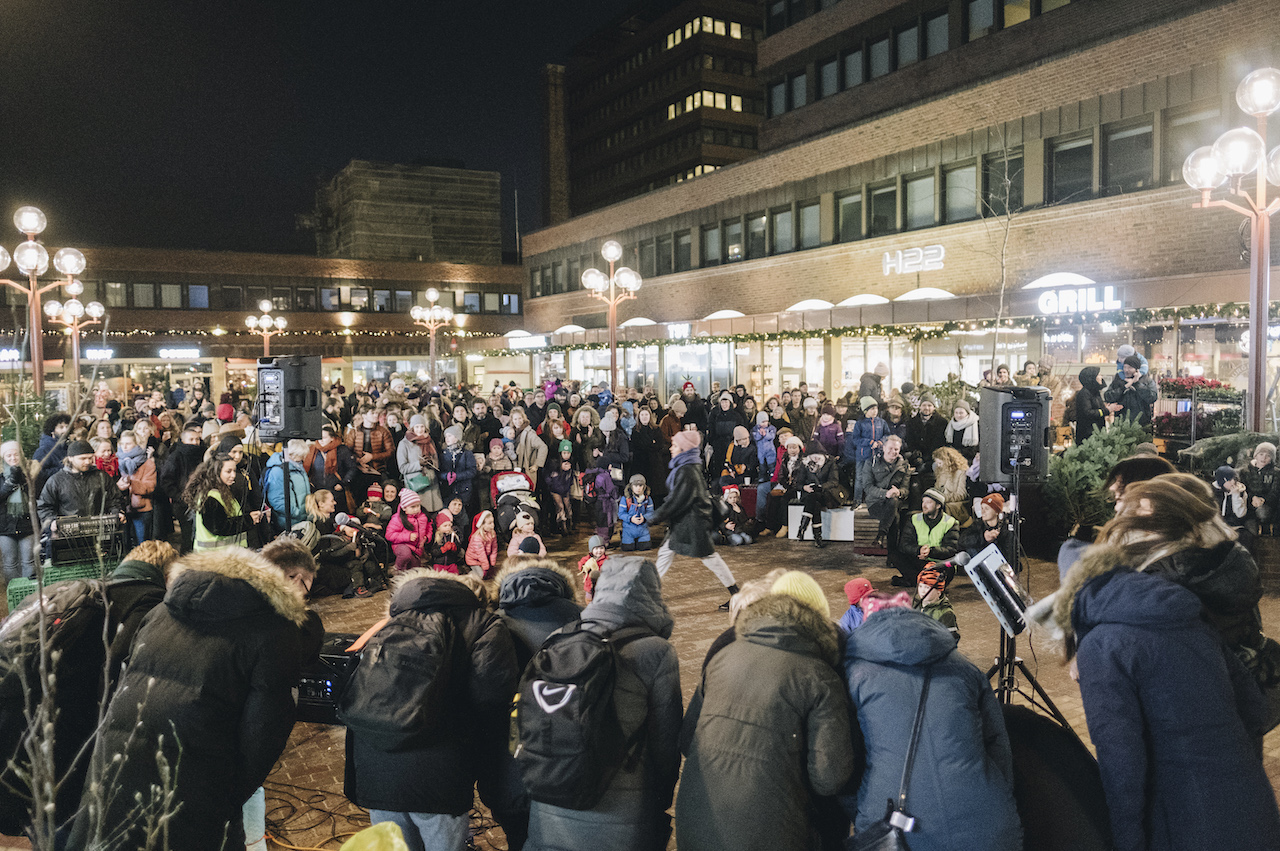 Og på ettermiddagen var det samling på torget da Tøyenkoret og en rekke andre markerte at Tøyenjula var i gang.