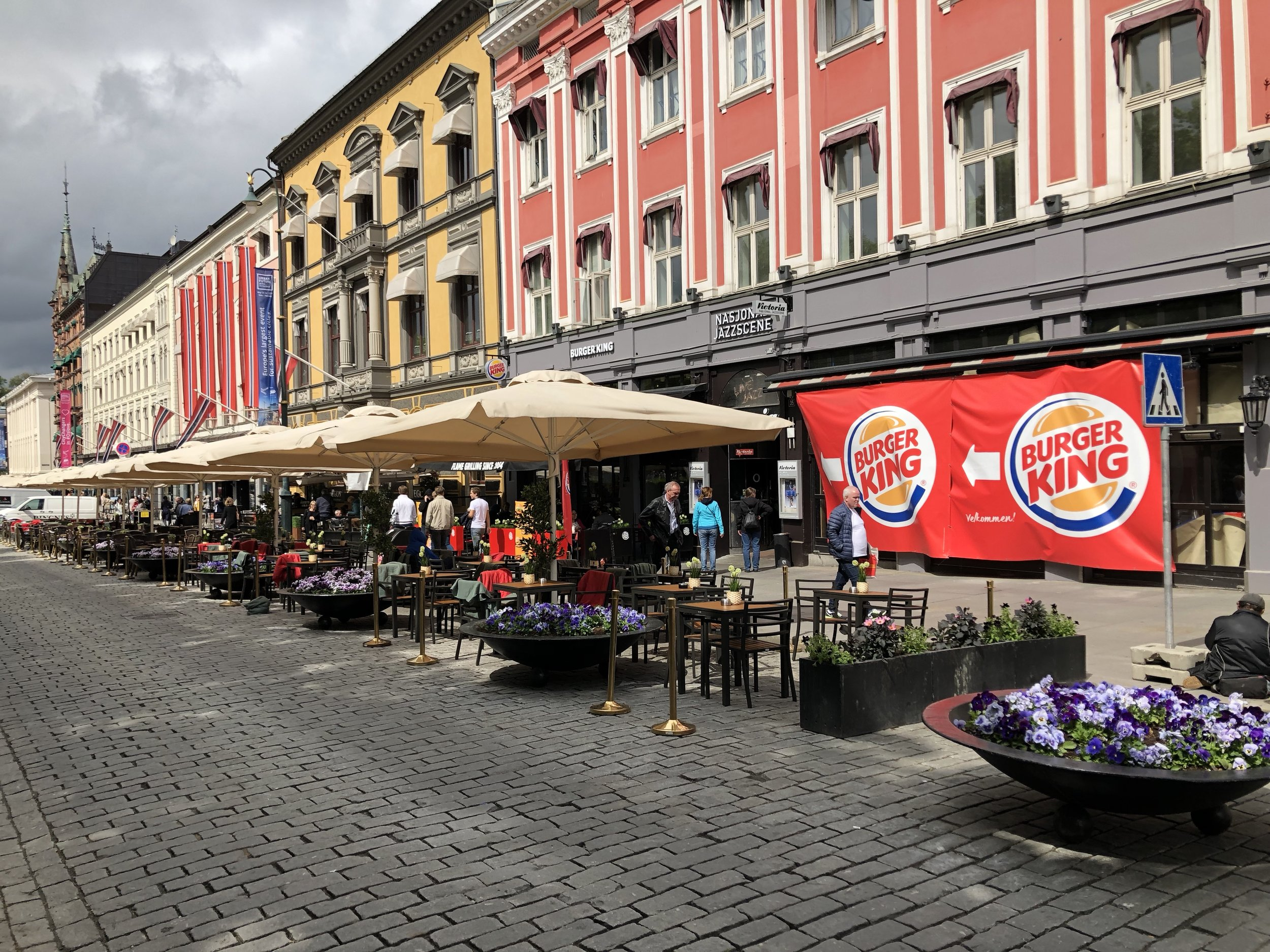 Burger King åpnet sin tre-etasjes flaggskip-restaurant i februar, og slik ser det ut fortsatt. Med dette grepet slutter de mest spennende og innovative retailkonseptene å være interessert i lokaler her. Heldigvis fortsetter jazzen å blomstre på Nasjonal Jazzscene.