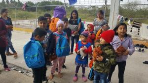 Primera Iglesia Bautista en Alamo, TX,  Hermanos ministran a aquellos solicitantes de asilo entre Matamoros, México y Brownsville. Proporcionan alimentos, paquetes para higiene personal, mantas cuando es necesario y juguetes de peluches para los niños.