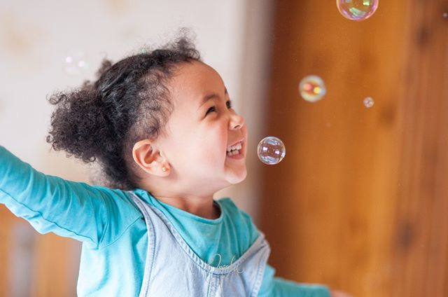 Happy Wednesday!  May your week be filled with as much joy as this beauty had in this moment.  There is nothing like bubble fun to bring childlike joy to a family shoot. 😍🤗 • • • #omobaphotography #omobamama  #omobababy #omoba365 #motherhoodvisuals #candidnotcontrived #londonbabyphotographer #atlantababyphotographer #femalephotographers #photographyduo #bubbles #familyshoot #justbecause #everydaymoments #childhoodmagic #childhoodcaptured #naturalchildhood #celebrate_childhood