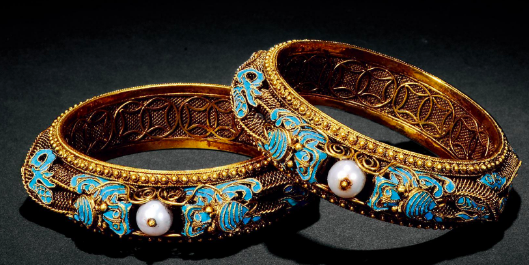 Ch 110 - golden braclet given to Wei Luo.png